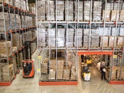 EAB Radioshuttle v kombinaci s pikovacím tunelem šetří prostor, zvyšuje bezepčnost i výkonnost skladu. Šikovně využívá výhodu spádových regálů a zrychluje vychystávání zboží.