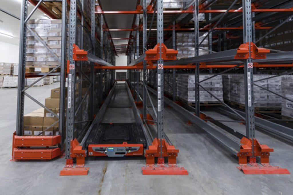 Hluboké zakládací kanály pro větší kapacitu skladu a menší počet oblsužných vysokozdvižných vozíků. Volný prostor na zemi zjednoduší úklid, vyžadoavaný třeba v potravinářství.