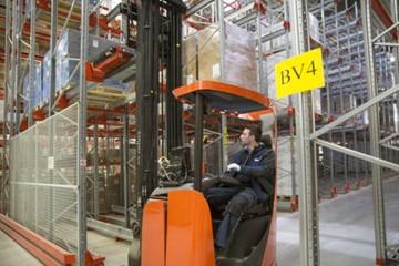 Bezpečné a moderní řešení Radiohsuttle™ snižuje provozní náklady chytrého skladu